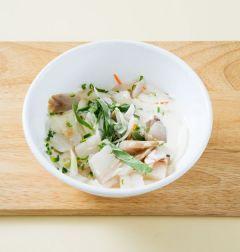 2. 볼에 분량의 반죽 재료를 모두 넣고 반죽한 다음 생선살, 양파, 깻잎, 당근, 청양고추를 넣어 골고루 섞는다.
