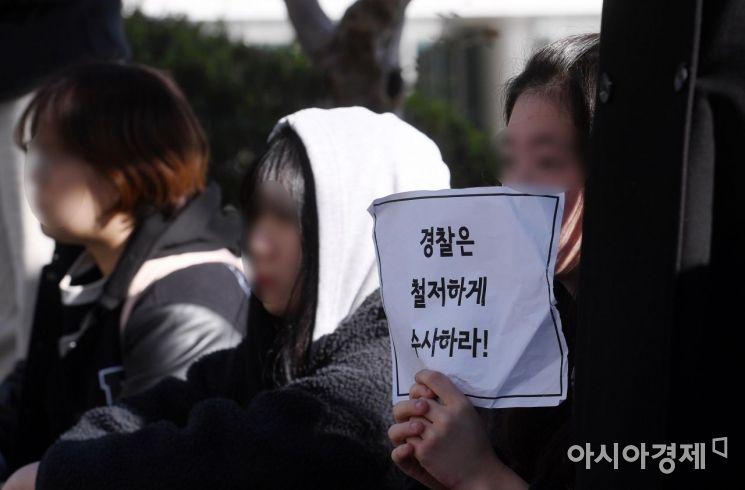 '알몸남' 사건을 계기로 서울 성북구 동덕여대 본관 앞에서 열린 '안전한 동덕여대를 위한 민주동덕인 필리버스터'에서 학생들이 참가자 발언을 듣고 있는 모습./김현민 기자 kimhyun81@