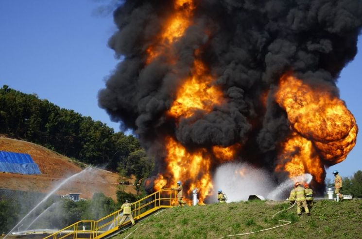 풍등의 원인이 됐던 고양저유소 화재 진압 모습