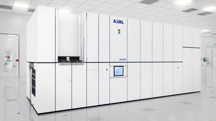 대형 박스 형태의 EUV 장비(출처=ASML)
