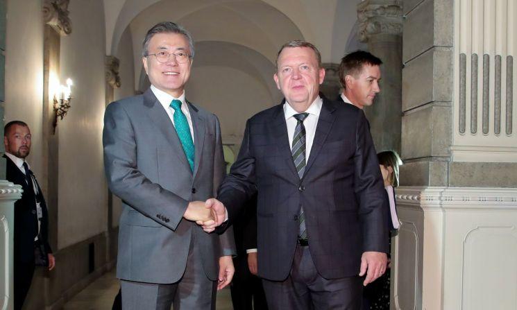 문재인 대통령이 20일 오후 (현지시간) 덴마크 코펜하겐 크리스티안보르 궁에 도착해 라르스 뢰케 라스무센 총리와 정상회담장으로 걸어가고 있다.  사진=연합뉴스
