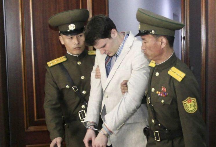 2017년 북한에 억류됐다 풀려난 후 며칠 만에 숨을 거둔 미국인 오토 웜비어(가운데)