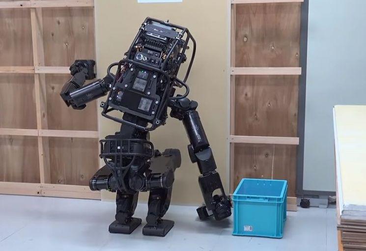 인간의 중노동을 대신할 목적으로 만들어진 인간형 로봇 휴머노이드 시제품인 'HRP-5P'가 석고보드를 벽에 부착하고 있습니다. [사진=AIST 홍보영상 캡처]