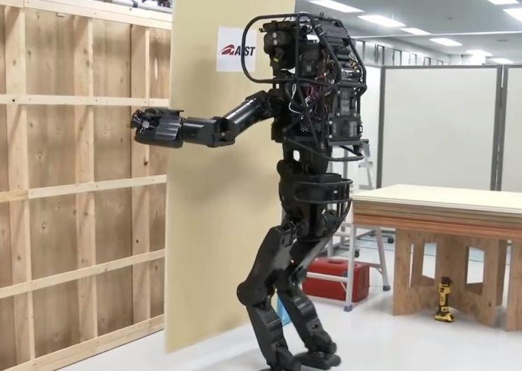 인간의 중노동을 대신할 목적으로 만들어진 인간형 로봇 휴머노이드 시제품인 'HRP-5P'가 석고보드를 들고 벽으로 이동하는 시범을 보이고 있습니다. [사진=AIST 홍보영상 캡처]