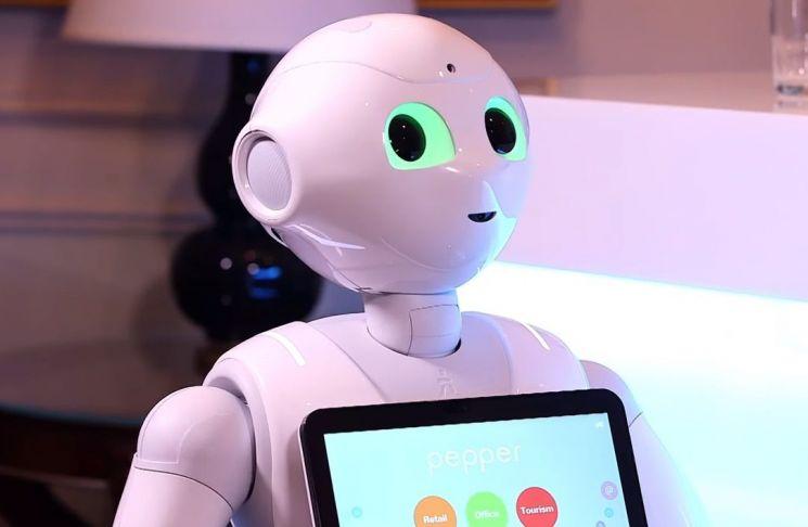 감정인식 인공지능(AI) 로봇으로 인기를 끌었던 휴머노이드 '페퍼(Pepper)'의 인기가 시들해졌습니다. 일을 제대로 못한다는 비판도 나옵니다. [사진=CNN 화면캡처]