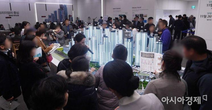 서울의 한 견본주택 현장을 찾은 고객들이 단지 모형을 살펴보고 있다. (사진은 기사 내용과 무관함)