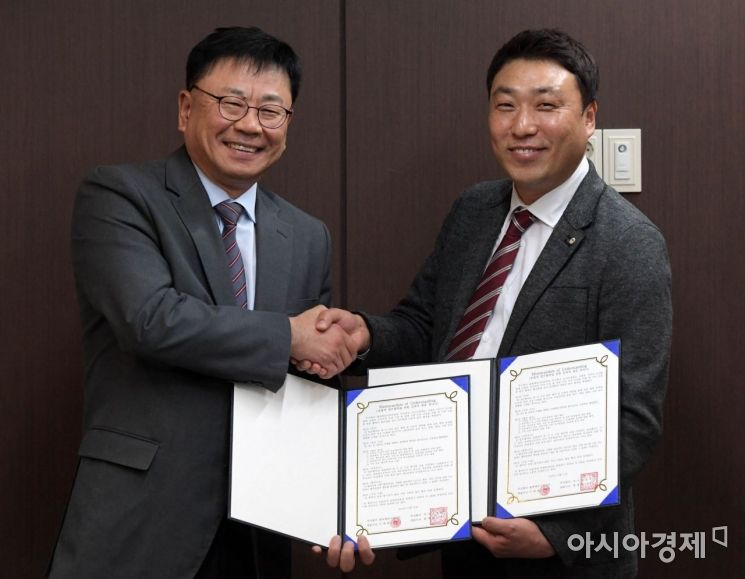최영범 아시아경제 대표(왼쪽)와 기정현 블록체인시큐리티 전무가 지난달 31일 서울 중구 충무로 아시아경제 본사에서 업무협약(MOU)을 체결한 뒤 기념사진을 찍고 있다.