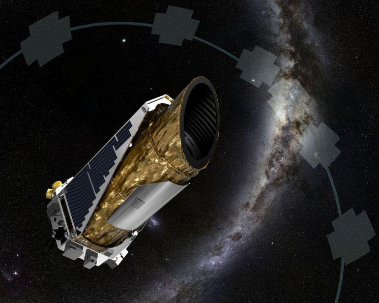 지난달 31일 케플러 우주망원경은 9년반 동안 활약했던 우주를 떠나 안식을 얻었습니다. 우주에서 활동하는 케플러 망원경의 모습을 그린 상상도. [사진=NASA]