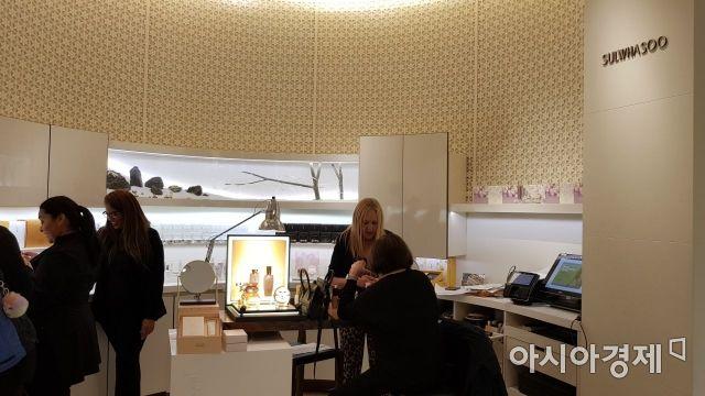 미국 뉴욕 버그도프굿맨 백화점에 위치한 설화수 매장. 손님들이 설화수 제품을 구경하고 있다.