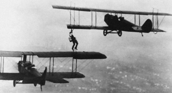 1921년 최초로 공중급유 곡예비행 당시 모습. 1920년대 공중급유는 주로 곡예비행사들에 의해 묘기로 선보였으며, 저속비행하는 두 비행기 사이에 호스를 연결, 연료를 보급하는 형태였다. 이 개념은 훗날 공중급유기 탄생에 큰 영향을 끼친다.(사진=위키피디아)