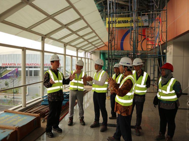 인도네시아 자카르타 1단계 LRT 현장. 벨로두롬(VELODROME) 역사 시공 현황을 점검하고 있다.