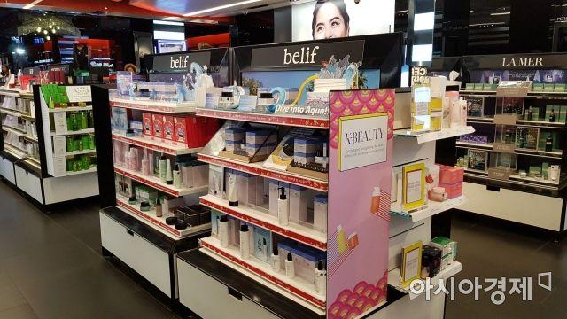 미국 뉴욕 타임스퀘어 인근 뷰티편집숍 '세포라'에 LG생활건강의 '빌리프'가 판매되고 있다. 판매대 옆에 K뷰티 문구도 눈에 띈다.