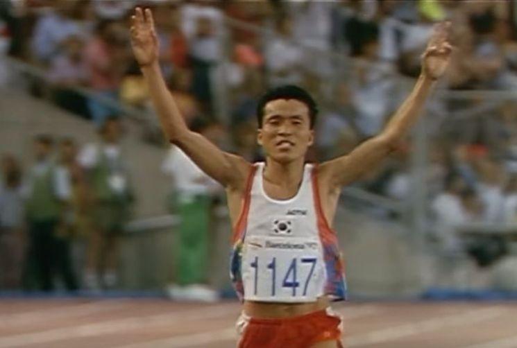 1994년 바르셀로나 올림픽 남자 마라톤에 출전한 황영조 선수가 결승점을 골인하는 모습. 사진 = Olympic Youtube