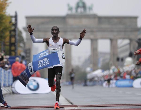 지난 9월 16일(현지시간) 베를린 마라톤에서 2시간 1분 39초로 세계 기록을 갈아치운 케냐의 엘리우드 킵초게. 사진 = AP/연합
