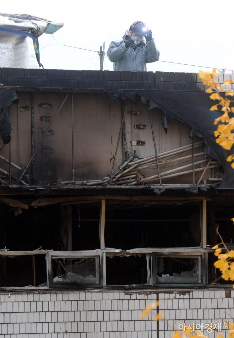 9일 화재가 발생한 서울 종로구 관수동 청계천 인근 고시원에서 소방 관계자들이 사고 수습을 하고 있다. /문호남 기자 munonam@