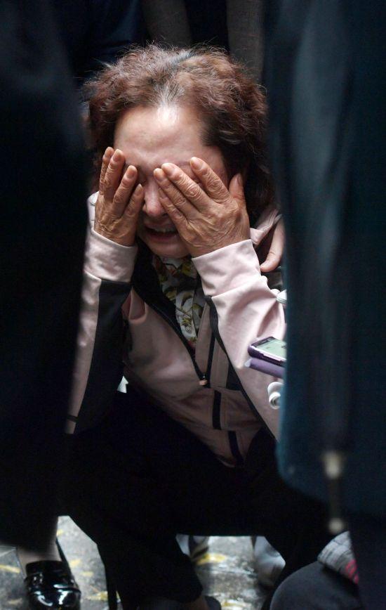 9일 화재가 발생한 서울 종로구 관수동 청계천 인근 고시원에서 소방 관계자들이 사고 수습을 하고 있는 가운데 고시원 관리인이 바닥에 주저 앉아 울음을 터트리고 있다. /문호남 기자 munonam@