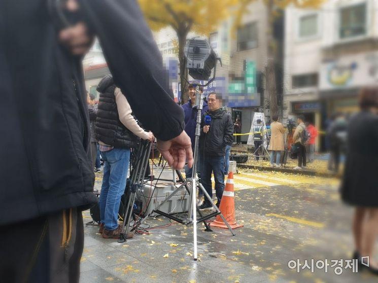 9일 오전 7명이 사망하는 등 모두 18명의 사상자를 낸 서울 종로구의 국일고시원 화재현장 앞에서 한 시민이 담배를 피우고 있다. 유병돈 기자