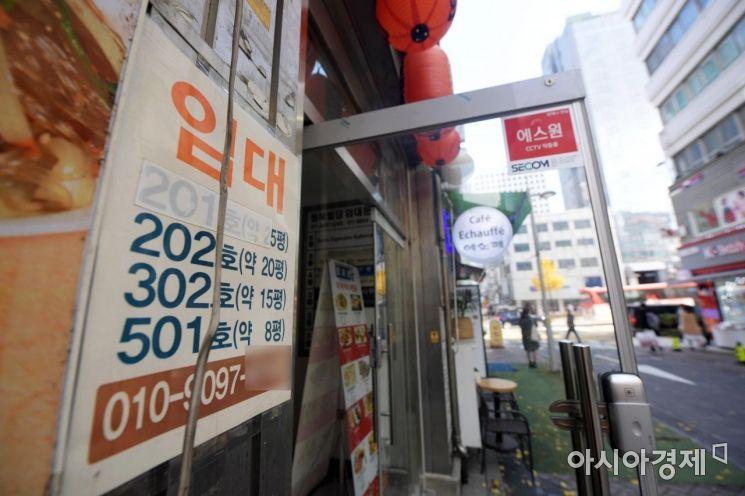 경기가 악화되면서 문 닫는 자영업자가 늘고 있는 가운데 서울 명동거리 곳곳에 임대 안내문이 붙어 있다. /문호남 기자 munonam@
