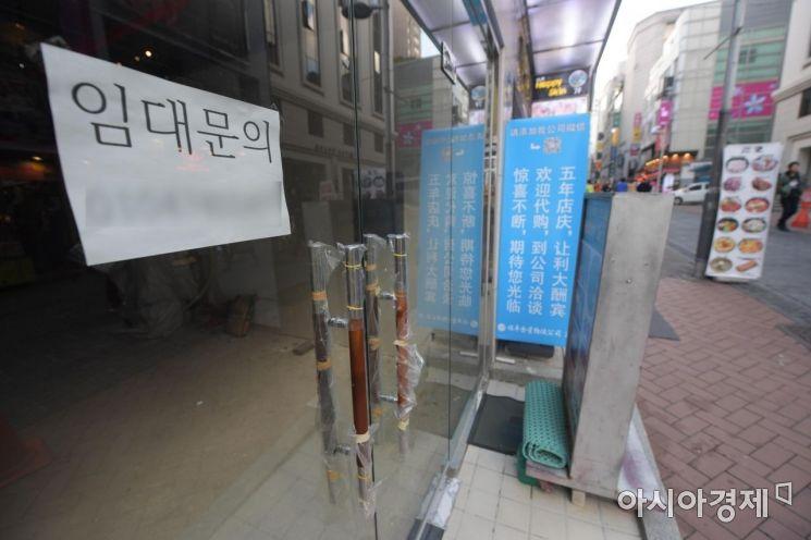 경기가 악화되면서 문 닫는 자영업자가 늘고 있는 서울 명동거리 곳곳에 임대 안내문이 붙어 있다. /문호남 기자 munonam@