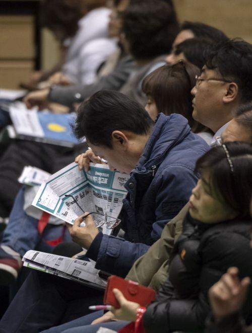 18일 서울 동대문구 외국어대학교에서 열린 한 입시학원 입시설명회를 찾은 한 학부모가 배치표를 꼼꼼히 확인하고 있다./윤동주 기자 doso7@