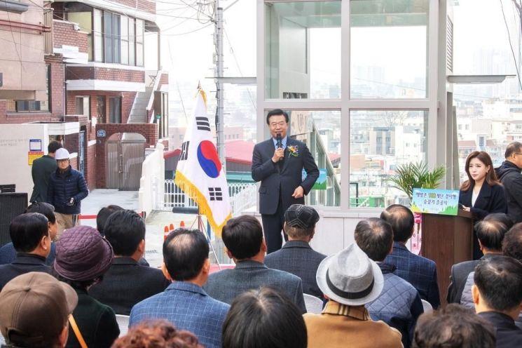 용산구 해방촌 108계단 경사형 승강기 준공