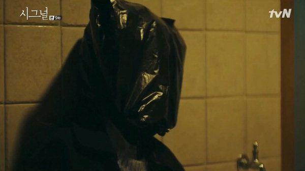 tvN 드라마 '시그널'은 신정동 연쇄살인사건을 모티브로 다룬 사건을 제작하기도 했다. 2차 피해자의 경우 얼굴이 검은 비닐봉지로 싸여 있었다. 사진=tvN  캡처