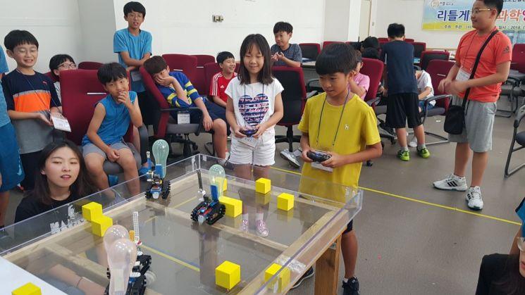 지난 여름 리틀게이츠의 여름방학 '과학영재 캠프'에 참가한 학생들이 손수 만든 로봇을 이용해 풍선 터트리기 대회를 하고 있다. 리틀게이츠 제공
