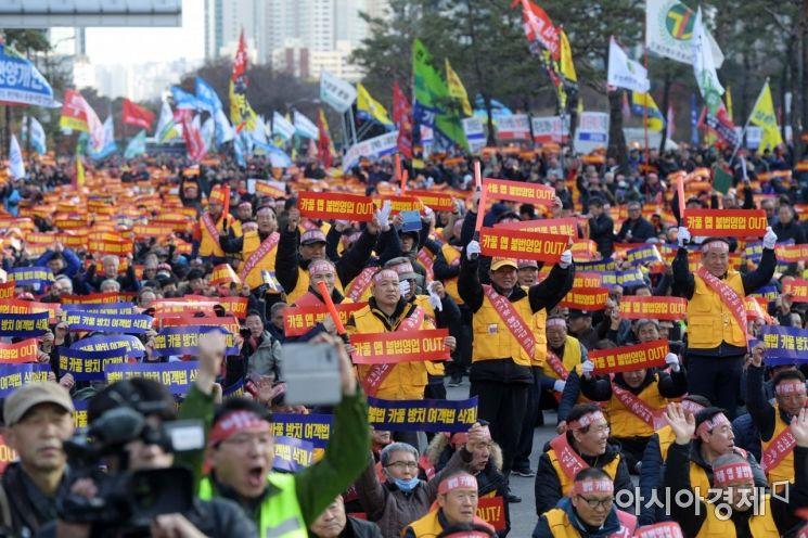 카카오의 카풀 서비스 도입에 반대하는 택시단체들이 22일 서울 여의도 국회의사당 앞에서 제2차 택시 생존권 사수 결의대회를 열고 있다. 이들은 카풀 서비스가 택시기사들의 생존권을 위협하는 불법 자가용 영업이라고 주장했다. /문호남 기자 munonam@