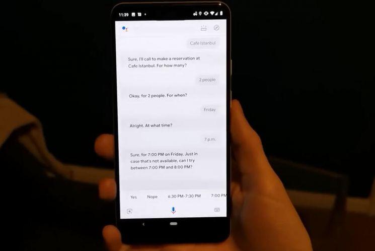 픽셀폰에서 구글 어시스턴트로 식당을 예약하는 모습. (출처: 벤처비트 유튜브)