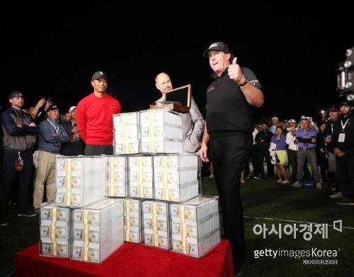 """[골프포토] 미컬슨 """"현금 102억원 봤어?"""""""