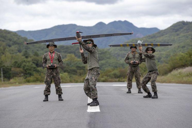 드론봇 전투단의 운용병들이 무인기조종시범을 보이고 있다.<사진:육군 제공>