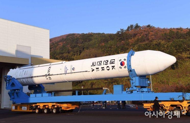 한국형발사체 '누리호'의 시험발사체가 27일 전남 고흥 나로우주센터 발사대로 이송되고 있다. 시험발사체는 오는 28일 오후에 발사될 예정이다.(한국항공우주연구원 제공)