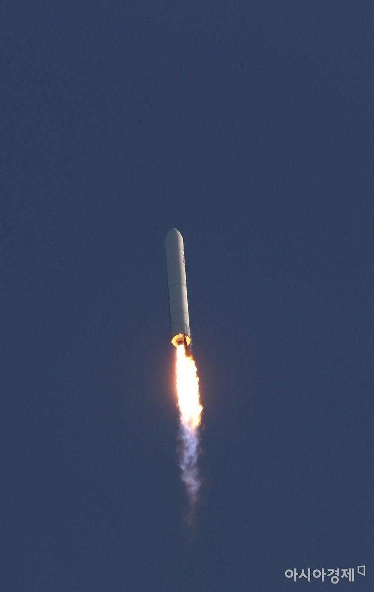 28일 오후 전남 고흥군 봉래면 나로우주센터 발사대에서 한국형 발사체 누리호 엔진의 시험 발사체가 흰 연기를 뿜으며 하늘로 치솟고 있다. 이번 엔진 시험발사체는 한국형 발사체인 '누리호'에 쓰이는 75t 액체엔진의 성능을 검증하기 위한 것으로, 총 3단으로 구성된 누리호의 2단부에 해당한다. 시험발사체의 길이는 25.8m, 최대지름은 2.6m, 무게는 52.1t이다./고흥=사진공동취재단