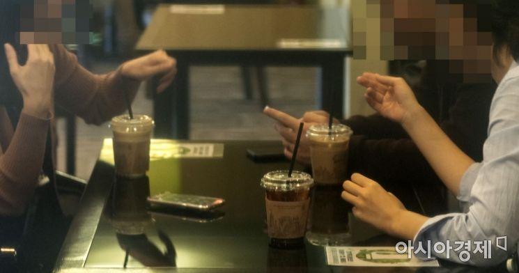서울의 한 관공서에 입주한 커피숍, 이용자 대다수는 공무원들이지만 매장내 플라스틱컵 등 일회용컵 사용은 여전하다./윤동주 기자 doso7@
