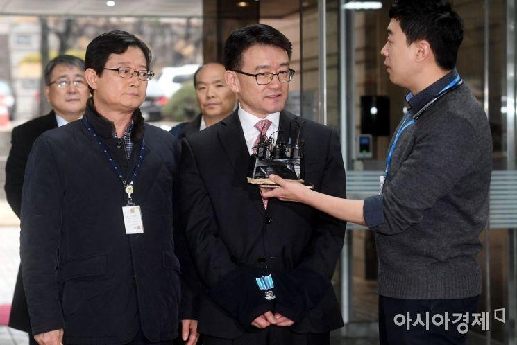 세월호 참사 당시 유가족에 대한 불법 사찰을 지시했다는 의혹을 받는 이재수 전 국군기무사령관이  지난 3일 구속 전 피의자심문(영장실질심사)을 받기 위해 서울중앙지방법원으로 들어서며 취재진의 질문에 답하고 있다./김현민 기자 kimhyun81@
