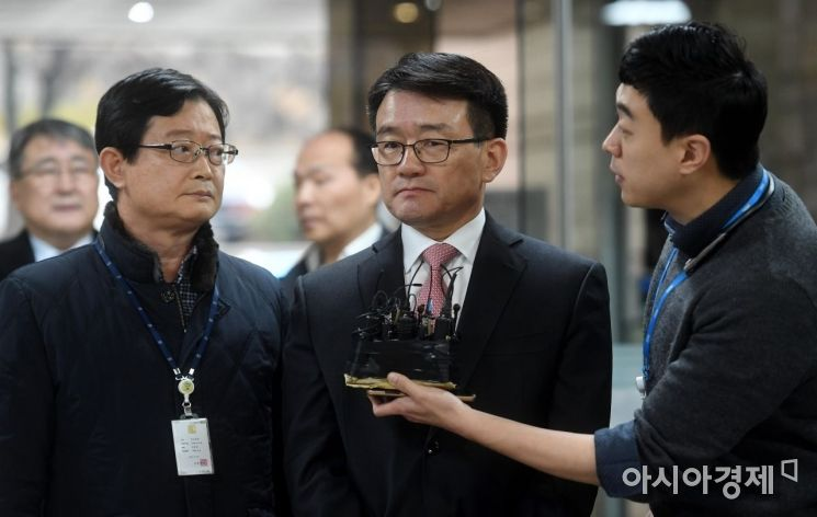 세월호 참사 당시 유가족에 대한 불법 사찰을 지시했다는 의혹을 받는 이재수 전 국군기무사령관이 3일 구속 전 피의자심문(영장실질심사)을 받기 위해 서울중앙지방법원으로 들어서고 있다./김현민 기자 kimhyun81@