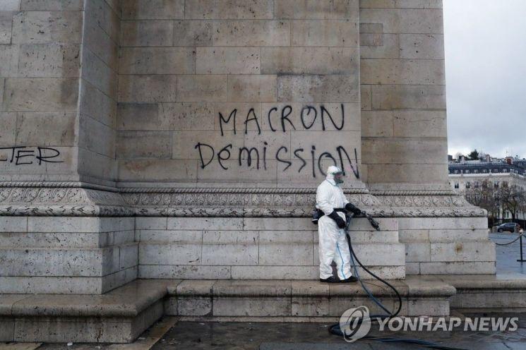 개선문 외벽의 '마크롱 퇴진' 낙서 / 사진=AP연합뉴스