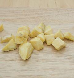 2. 익힌 고구마는 껍질을 벗겨 큼직하게 자른다.