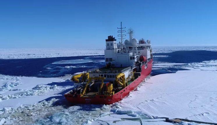 바닷물이 잘 얼지 않는 것은 염분과 파도 때문입니다. 사진은 극지방에서 바다위 얼음을 깨며 나아가는 쇄빙선 아라온호의 모습. [사진=유튜브 화면캡처]