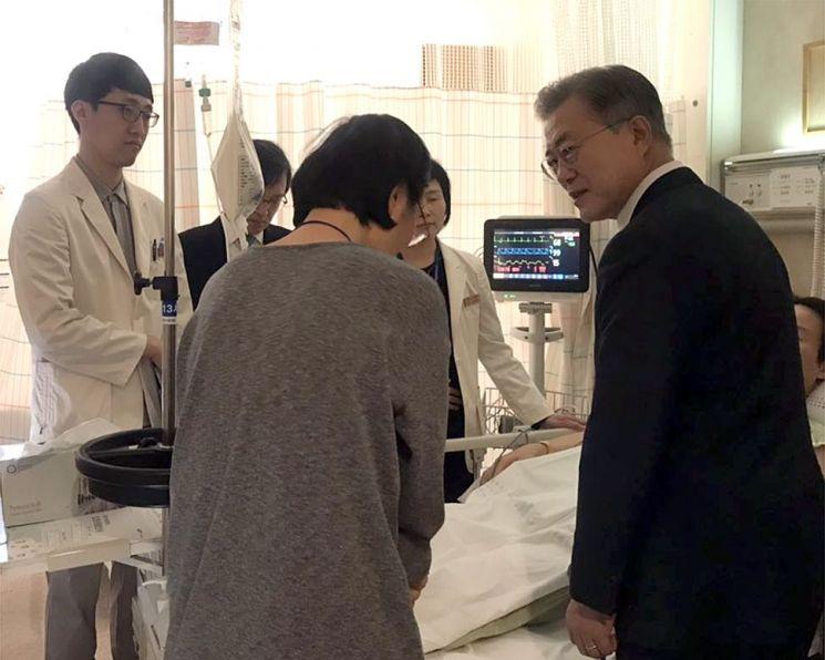 7일 삼성서울병원에서 문재인 대통령이 김모 기획재정부 서기관의 병실을 찾아 부인에게 위로를 전하고 있다. (사진=청와대)