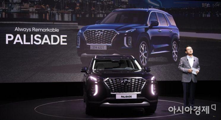 현대자동차가 11일 경기도 용인의 한 스튜디오에서 8인승 플래그십 SUV '팰리세이드(Palisade)'의 공식 출시 행사를 갖고 본격적인 판매에 돌입했다. 팰리세이드는 2.2 디젤 엔진과 3.8 가솔린 엔진 등 두 개의 라인업으로 가격은 3,622만~4,177만원이다./김현민 기자 kimhyun81@