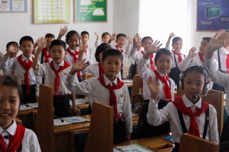 """""""교실 난방용 땔감 가져오라""""며 촌지 압박하는 북한의 교실"""