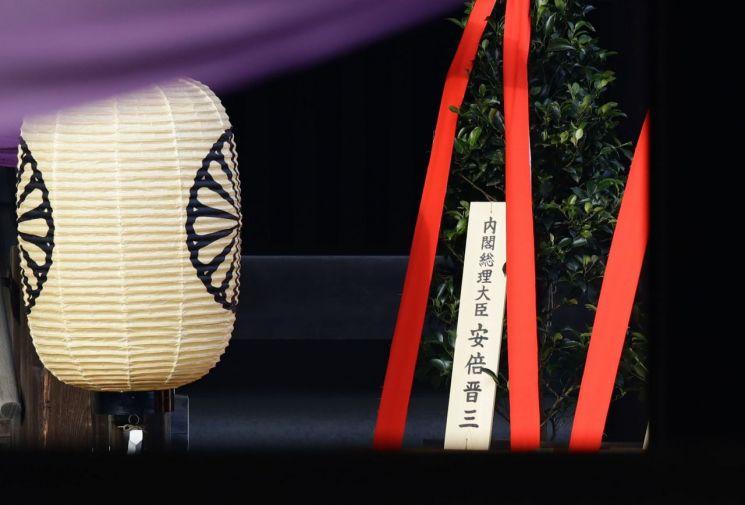 지난해 10월 아베 신조(安倍晋三) 일본 총리가 태평양전쟁 A금 전범이 합사된 야스쿠니(靖國)신사에 공물을 보낸 모습.(사진=연합뉴스)