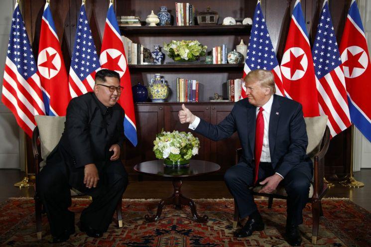 도널드 트럼프 미국 대통령(오른쪽)과 김정은 북한 국무위원장. [이미지출처=AP연합뉴스]