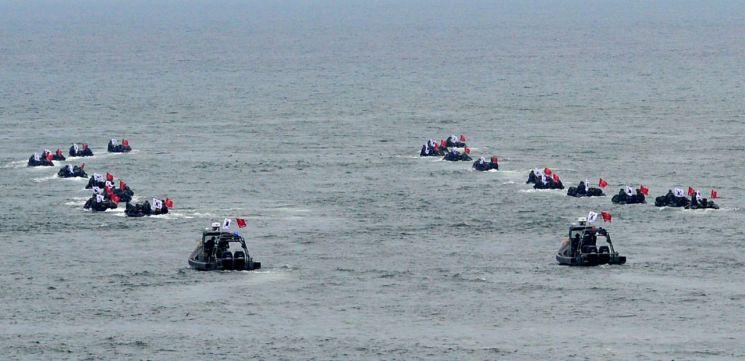 지난해 10월16일 경북 포항 형산강에서 해병대 1사단이 상륙작전 시연을 연습하고 있다. [이미지출처=연합뉴스]