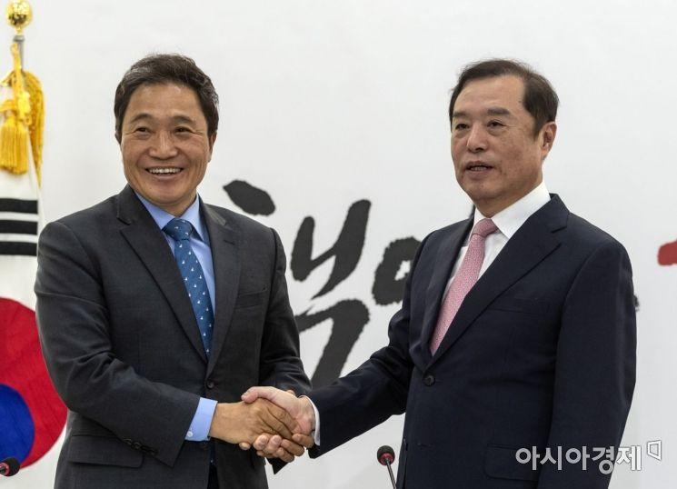 바른미래당을 탈당한 이학재 의원이 18일 국회에서 김병준 자유한국당 비대위원장을 만나 인사를 나누고 있다./윤동주 기자 doso7@