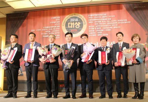 ▲3년연속 수상, 금탑에프앤비 최성수 대표(왼쪽에서 다섯번째)