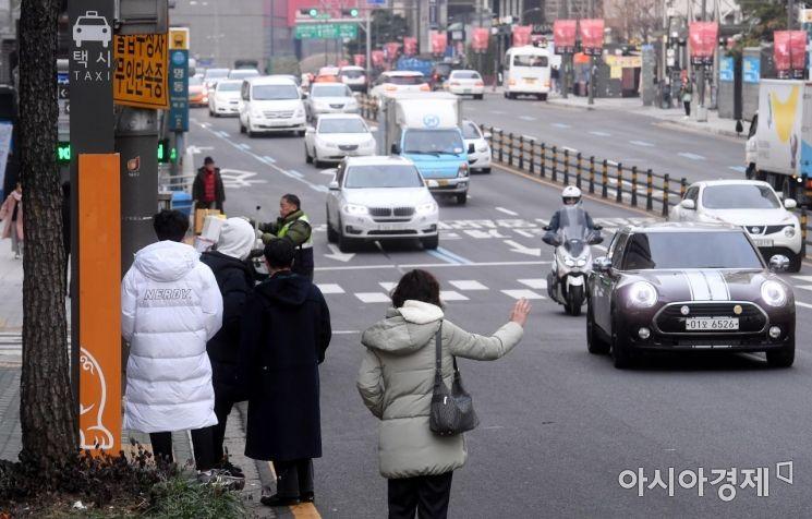 카카오의 카풀사업 진출에 반대하는 전국 택시업계가 2차 파업에 나선 20일 서울 명동 인근 택시승하차장에서 시민들이 택시를 기다리고 있다./김현민 기자 kimhyun81@