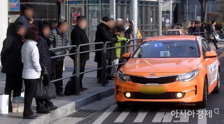 카카오의 카풀사업 진출에 반대하는 전국 택시업계가 2차 파업에 나선 20일 서울 용산역 택시승하차장에서 시민들이 택시를 기다리고 있다./김현민 기자 kimhyun81@