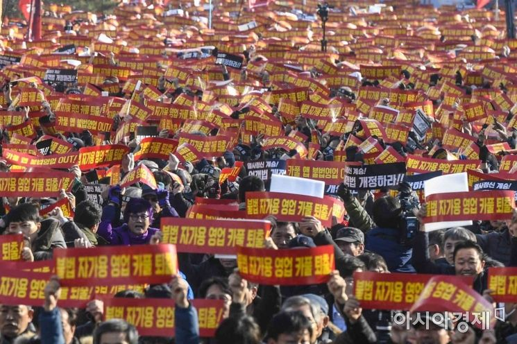 20일 서울 여의도 국회 앞에서 열린 '택시노사 4개단체, 카풀반대 3차 집회'에 참석한 택시운전업 종사자들이 카카오카풀 서비스 전면 폐지를 촉구하고 있다./강진형 기자aymsdream@